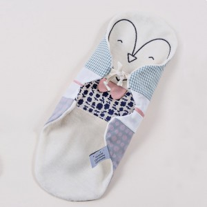 juste-inseparables-doudou-bienveillant-naissance-bebe-pingouin-pastel-graphique-drape