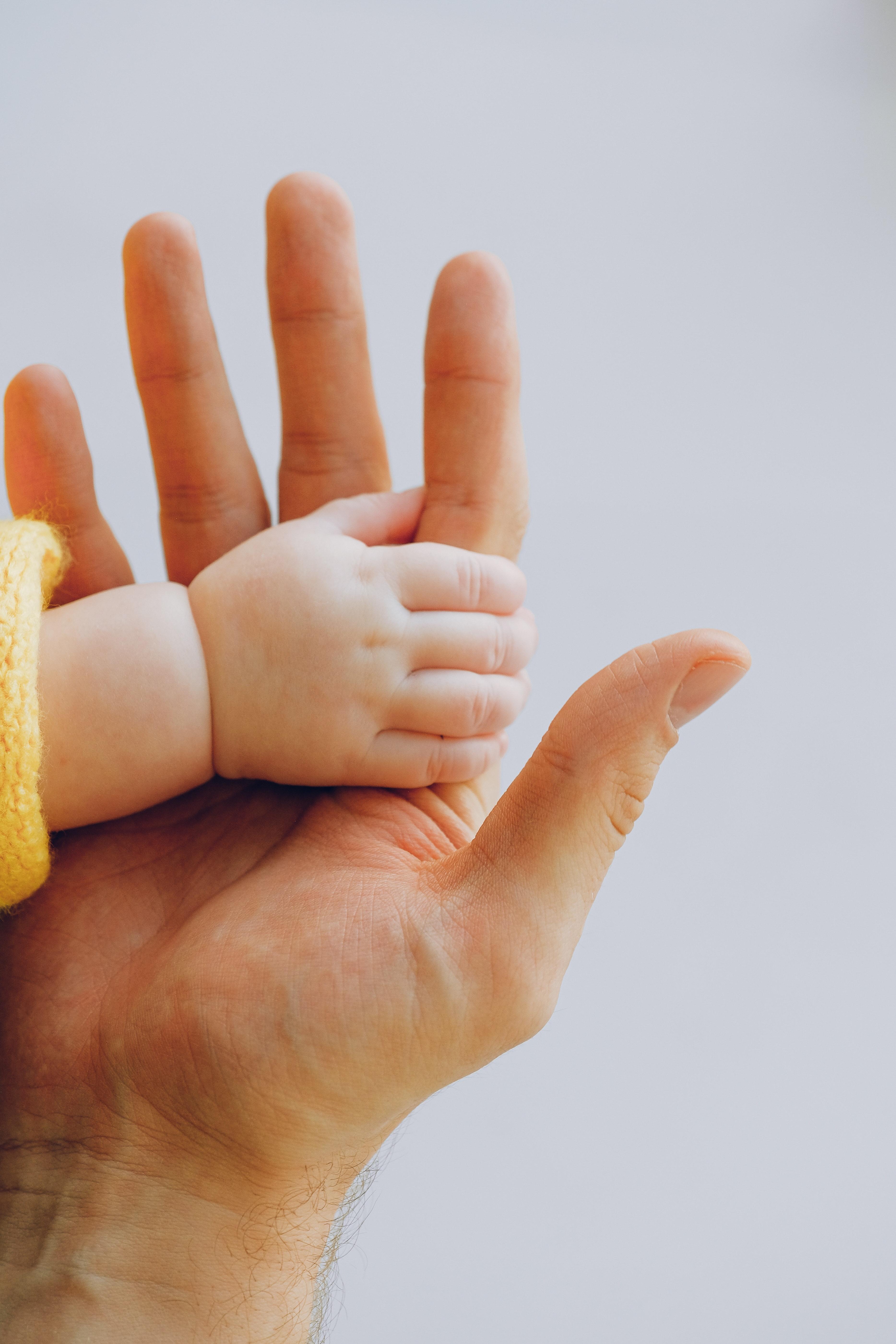 Juste Inséparables mains de bébé et parent