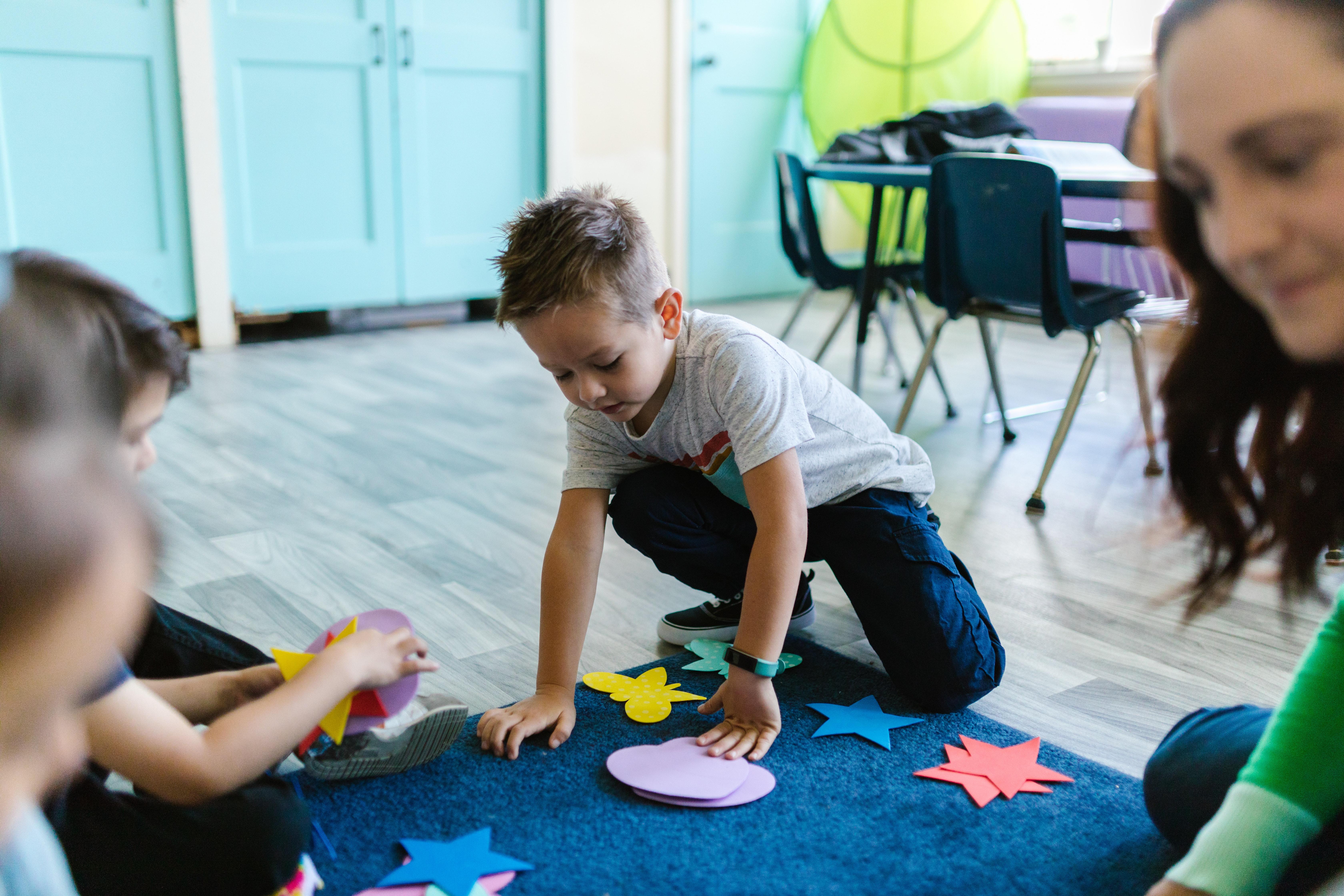 enfant jouant dans une classe montessori