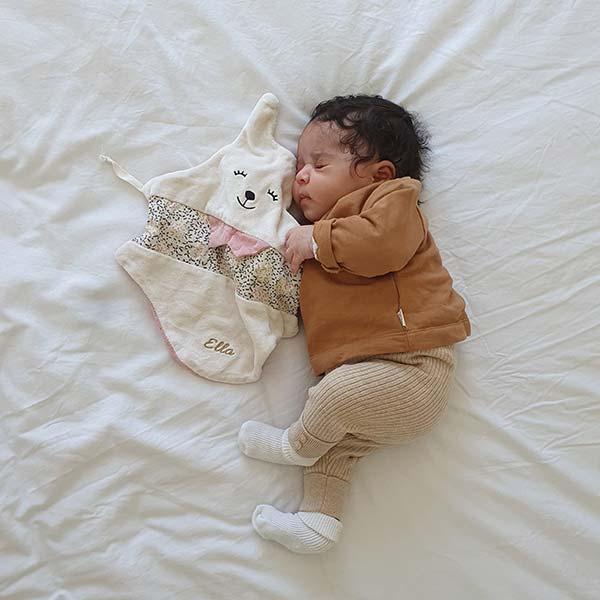 bebe et son doudou plat
