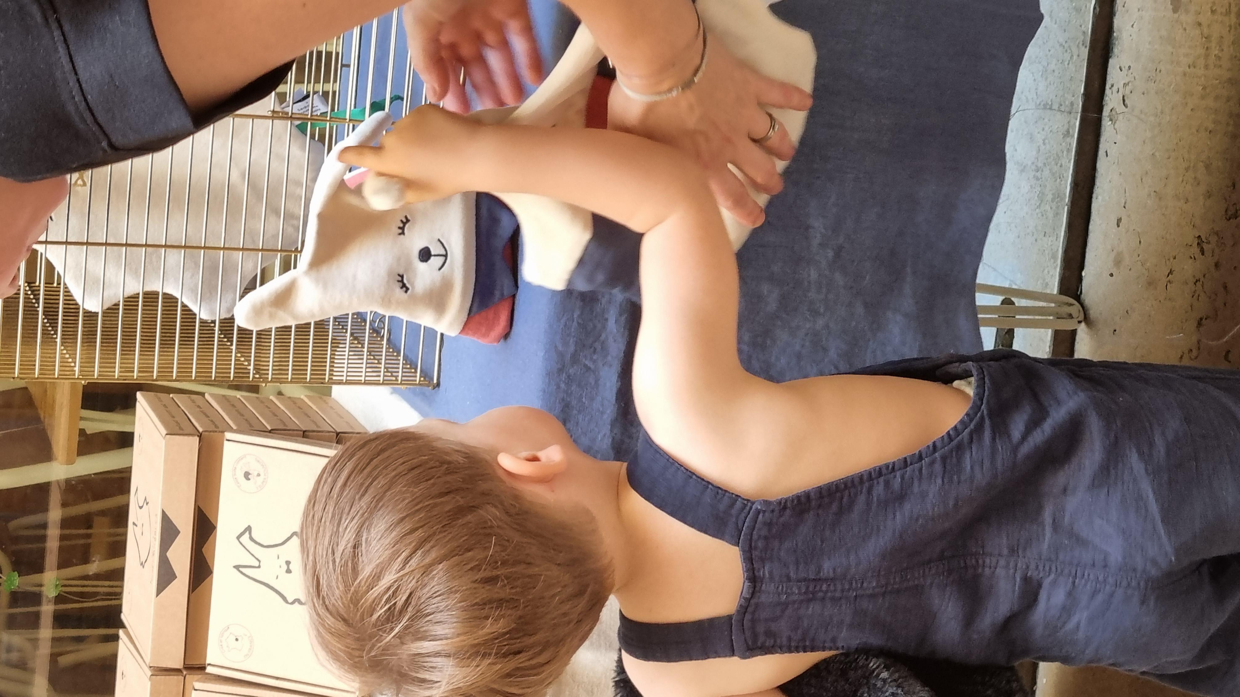 enfant regardant le nouveau doudou